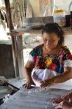 Kobieta robi Tortillas w tradycyjnym sposobie Zdjęcia Royalty Free