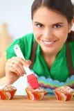 Kobieta robi tortom w kuchni Zdjęcie Stock
