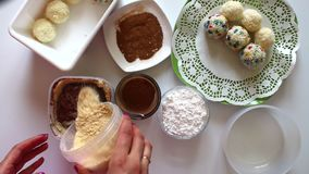 Kobieta robi tortowemu ` Kartoflany ` Mieszanki w zbiorniku masło, kakao i kruszki ciastka, zbiory wideo