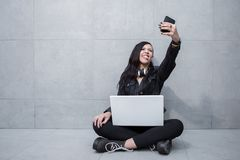 Kobieta robi twarzom dla selfie Obraz Stock