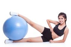 Kobieta robi ćwiczeniom z sprawności fizycznej piłką Fotografia Stock