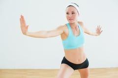 Kobieta robi wojownika joga pozie w sprawności fizycznej studiu Obraz Stock