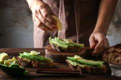 Kobieta robi wyśmienicie bruschetta z avocado Obraz Stock