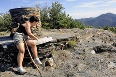 Kobieta robi wycieczkować w Cevennes parku narodowym Obrazy Stock