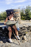 Kobieta robi wycieczkować w Cevennes parku narodowym Zdjęcia Royalty Free