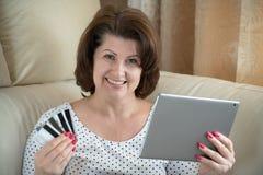 Kobieta robi zakupowi w internecie kartą kredytową obrazy royalty free