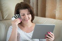 Kobieta robi zakupowi w internecie kart? kredytow? obrazy royalty free