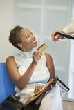 Kobieta Robi zakupowi Z Kredytową kartą Zdjęcie Stock