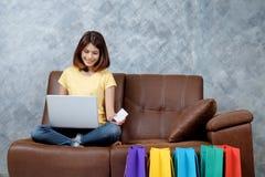 Kobieta robi zakupy online Trzymać pustą kredytową kartę Zdjęcia Royalty Free