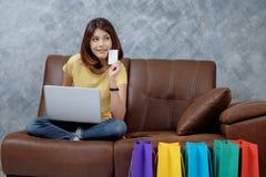 Kobieta robi zakupy online Trzymać pustą kredytową kartę Obraz Stock