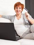 Kobieta robi zakupy przez interneta obraz stock