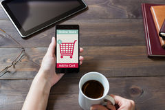 Kobieta robi zakupy przy online sklepem Fury ikona Ecommerce Zdjęcia Stock