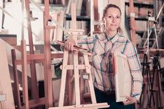 Kobieta robi zakupy różnorodne dostawy w sztuka sklepie Fotografia Royalty Free