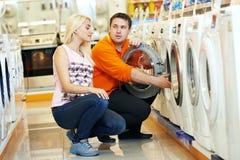 Kobieta robi zakupy w domu urządzenie supermarket obrazy stock