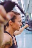 Kobieta robi zawieszenia szkoleniu z sprawnością fizyczną obraz royalty free