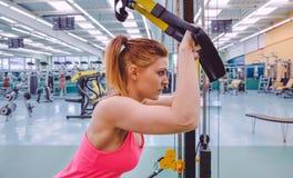 Kobieta robi zawieszenia szkoleniu z sprawnością fizyczną obrazy royalty free