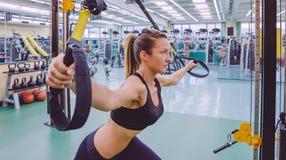 Kobieta robi zawieszenia szkoleniu z sprawnością fizyczną fotografia royalty free