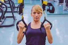 Kobieta robi zawieszenia szkoleniu z sprawnością fizyczną zdjęcia stock