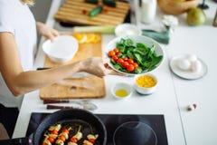 Kobieta robi zdrowej sałatki od świeżych warzyw fotografia stock