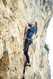 Kobieta rockowy arywista na falezie Zdjęcia Stock