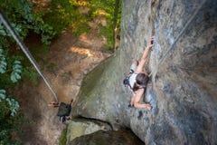 Kobieta rockowy arywista wspina się na skalistej ścianie Obraz Stock