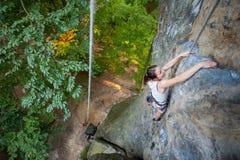Kobieta rockowy arywista wspina się na skalistej ścianie Zdjęcia Stock