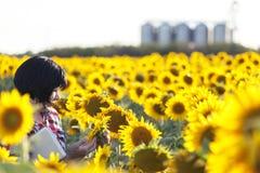 Kobieta rolnik, agronom, kosztorysy i fedrunek ilość Obrazy Stock