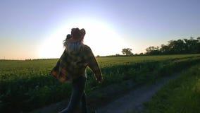 Kobieta rolnik biega wzdłuż drogi wzdłuż pola Czuje sens wolność od biznesu i miasta Angażujący wewnątrz zbiory