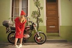 Kobieta rowerzysta przy roweru transportem fotografia stock