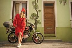 Kobieta rowerzysta przy roweru transportem obraz royalty free