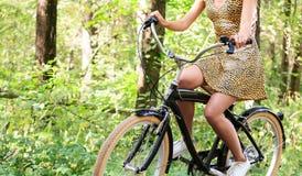 Kobieta rowerzysta w lato parku fotografia stock