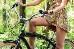 Kobieta rowerzysta w lato parku zdjęcie stock