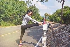 Kobieta rozciąga przed jogging w ranku Fotografia Royalty Free