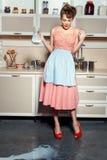 Kobieta rozlewający mleko Zdjęcia Royalty Free