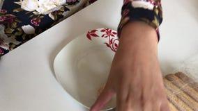 Kobieta rozprzestrzenia kremowych savoiardi ciastka i stawia dalej talerza zbiory wideo