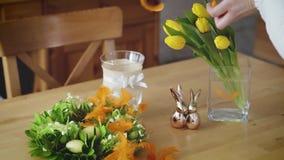 Kobieta rozprzestrzenia Wielkanocnych piórka na stole zbiory