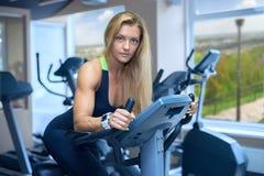 Kobieta rozwija cardio sprawność fizyczna klubu Zdjęcia Royalty Free
