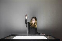 Kobieta rysuje na piasku, piasek animacja, piasek nalewa od jego ręk Zdjęcie Stock