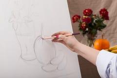 Kobieta rysuje spokojnego życie obraz stock