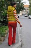 Kobieta rzuca śmieci Fotografia Royalty Free