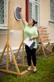 Kobieta sędzia bierze out strzałki od celu przy amator rywalizacjami zdjęcie stock