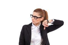 Kobieta słucha cykać jej zegarek. zdjęcia royalty free