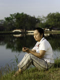 Kobieta Słucha MP3 Obraz Royalty Free