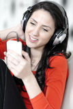 Kobieta słucha muzyka Fotografia Royalty Free