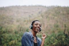 Kobieta słucha muzyka w naturze obrazy royalty free