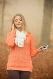 Kobieta słucha muzyka w parku z słuchawkami Zdjęcia Stock