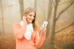 Kobieta słucha muzyka w parku z słuchawkami Obraz Stock