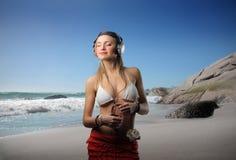 kobieta słuchająca muzyka Zdjęcia Royalty Free