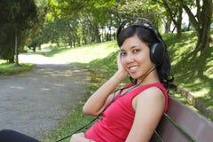 kobieta słuchająca muzyka Zdjęcie Royalty Free
