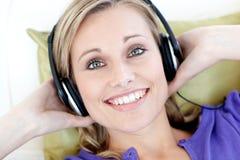 kobieta słuchający muzyczny portret Fotografia Royalty Free